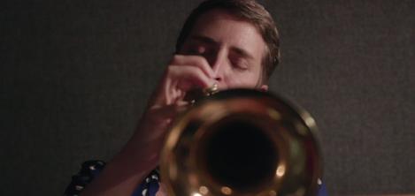 mujer con trompeta